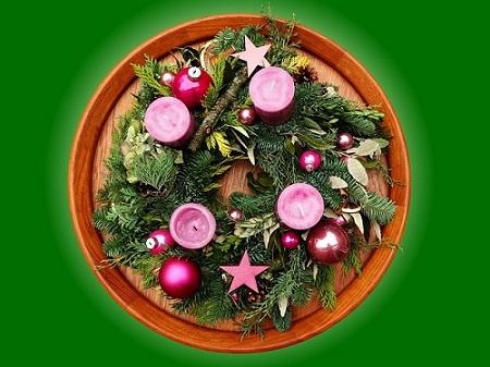 Centro de mesa navideño con plantas y flores