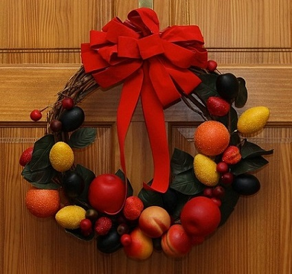 Corona de frutas navideña para la puerta principal